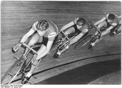 Bundesarchiv_183-43735-000.png Berlin Bahnradrennen, BSG Motor Wuhlheide,  Foto Wendord, 13. Januar 1957